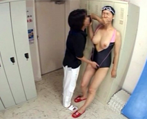 【盗撮レイプ動画】巨乳水泳部員を脅す鬼コーチ!誰も居ない部室で逮捕確定!監禁ナマ強姦!