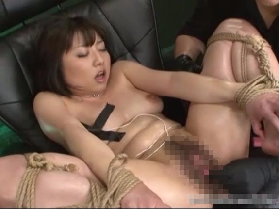 【無修正レイプ動画】四肢を動けないように拘束された女子大生が電マと手マンで潮吹き調教され続け失神寸前へ・・・