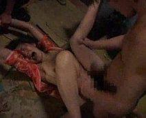 【鬼畜レイプ動画】「やぁめてぇぇぇ」薄暗い場所で集団強姦された女の表情が残酷さを物語る...