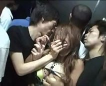 【集団レイプ動画】エレベーター内でギャルが口を塞がれ男達に凌辱され輪姦される…