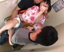 【ロリレイプ動画】祭り帰りのJKを狙った卑劣な犯行!男二人がかりでトイレに連れ込み少女の精神を破壊するまで犯す鬼畜映像・・・