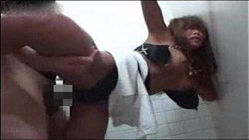【ギャルレイプ動画】トイレで凶器でエロい女を脅迫強姦!こんがり焼けた肌に精子をぶっかける!