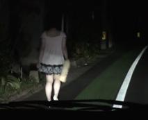 【無修正レイプ動画】ファミマ帰りに夜道を一人で歩くギャルを車で山奥に連れ去って車内ファック