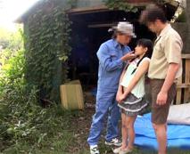 【JSレイプ動画】「いやぁぁあ」甲高く響く悲鳴!大人2人に囲まれガチでビビりまくる少女の末路・・・