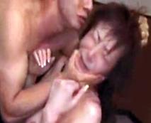 【熟女レイプ動画】髪の毛を鷲掴みにされ凌辱・・・妖艶な人妻が誘ってしまった悪魔