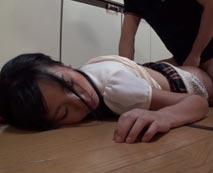 【昏睡レイプ動画】姪っ子に睡眠薬飲ませて処女喪失!無毛まんこに妊娠確定の中出し・・・
