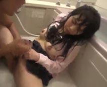 【JKレイプ動画】制服少女がお風呂場でびしょ濡れになりながらキモデブ男に激しく犯される地獄状況!