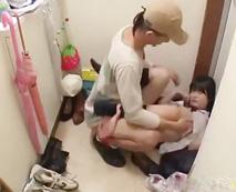 【ロリレイプ動画】「誰か助けて...」玄関で侵入者に強姦されるJC少女の中出しされる苦い初体験