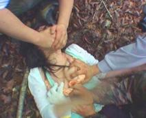 【本物画像】野外で泣き叫び乱暴に犯される女性の悲惨な姿がトラウマ・・・