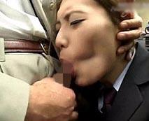 【無修正レイプ動画】二人だけのオフィスで人妻OLにフェラを強要!顔面掴み勃起チンポをイラマチオ!