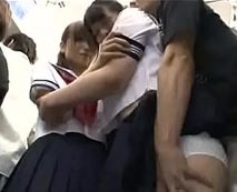 【ロリレイプ動画】帰宅途中の女子校生2人が電車内で集団痴漢される!セーラー服のまま手マンやイラマチオ!