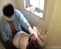 【盗撮動画】入院生活でまともにオナニーも出来ない患者が美人看護婦をトイレで強姦する映像が流出・・・