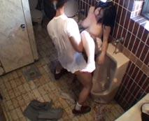 【無修正レイプ動画】間違って男便所に入った泥酔状態の巨乳OLが苦しみながらも強姦される隠し撮り映像!