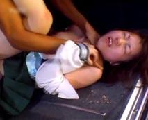 【無修正レイプ動画】悲鳴を上げながらも鬼畜男に無理やり挿入され車内でガチ強姦される女子校生・・・