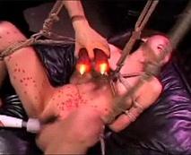【SMレイプ動画】手を縛られ宙吊りにされたJKが鞭や板で拷問され大絶叫!身体に蝋を垂らされ痛さに悶絶!