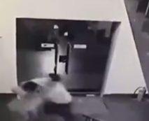 【本物レイプ動画】強姦強盗!アジア人が本気で女性に殴りかかり股間を弄る映像がマジキチすぎる