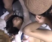 【集団レイプ動画】物語る目の虚ろ具合・・・黒人を交えて昏睡?泥酔状態の美女をファック!