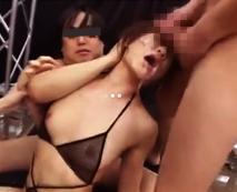 【集団凌辱レイプ動画】逆さ吊りの状態で吐くまでイラマチオされザーメンまみれになる美女・・・