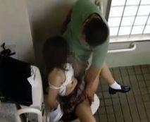 【JKレイプ動画】学校をサボり公園で暇をしている女子校生を公衆便所で円光と見せかけガチ強姦!