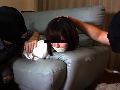【人妻レイプ動画】家屋内で強盗に縛りあげられた美女が必死に逃げる所を捕まえられ凌辱される…