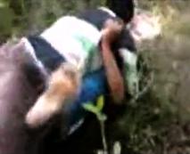 【本物】泣きじゃくる女の子が野原で強姦されるのを仲間がごく普通に撮影しているのに驚愕…