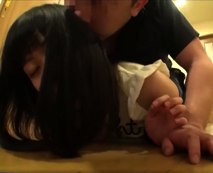 【JSレイプ動画】一人で留守番していた美少女小●生を言い負かし玄関先で犯す変態叔父…