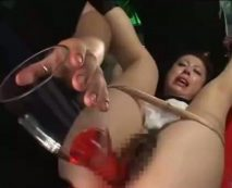 【SMレイプ動画】拉致った人妻のマンコにワイン注ぎ込んで犯しアクメ地獄に堕とす鬼畜凌辱…