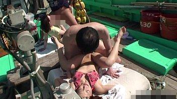 【無修正レイプ動画】旅行中の女子大生を漁船で拉致って沖合で輪姦!荒くれ漁師の豪快なピストンで絶叫悶絶…