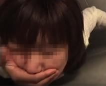 【無修正レイプ動画】不慣れな手付きでシコる姿が可愛い中学生のような女の子を脅迫し公衆便所で強姦