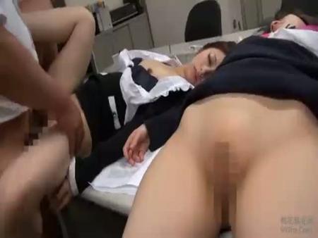【睡眠薬レイプ】新人女教師に眠剤入りの茶を飲ませて昏睡中に中出し輪姦するDQN生徒の犯行…