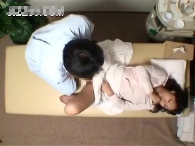 【リアルレイプ動画】悪徳整体師の犯行!腰痛持ちのOLを施療中にガチ中出し強姦・・・
