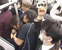 【露出レイプ動画】痴漢男の卑劣な犯行!満員の埼京線でJKに無理やり肉棒挿入して強姦…