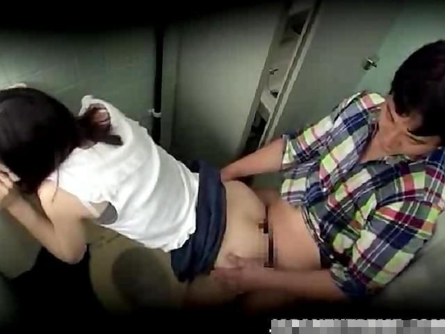【リアルレイプ動画】キチガイ注意!駅で見掛けた女子大生を公衆便所に連れ込んで力づくで犯す…