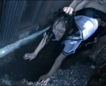 【JKレイプ】下校途中の女子校生を路地裏に連れ込んで強姦!土砂降りの中で処女マンコめった刺し……