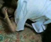 【本物】彼氏が隣で寝てるのにも関わらず上から抑えつけJC彼女をガチ寝取りレイプ・・・