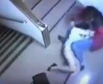 【本物レイプ】階段で襲われる素人・・・ガチの強姦現場が監視カメラに
