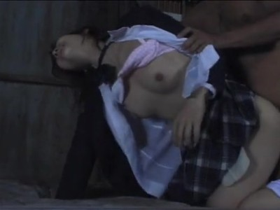 残虐非道!通学路で中学生ぽい少女を拉致って廃墟に連れ込み処女膜破壊レイプ…