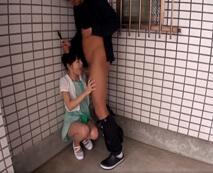 痴漢の卑劣な犯行!小学生に見える華奢な少女を路地裏に連れ込みイラマチオ強要…