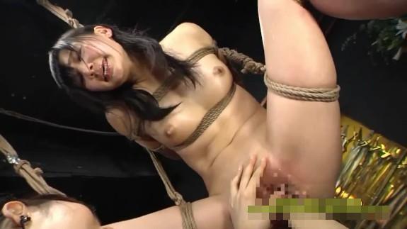キチガイ女に性奴隷調教受ける清楚OL!中吊緊縛で凌辱され大量潮吹きアクメ・・・