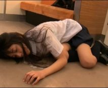 【JKレイプ動画】びしょ濡れの制服姿で電車に乗る美少女を痴漢凌辱する鬼畜の所業…