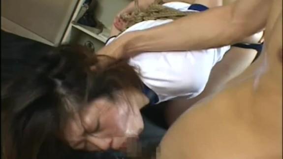 体操服姿の中学生ぽい少女を性奴隷調教!強制イラマチオで臭い精子を飲まされ号泣…