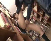 図書館で本を探す大人しそうな女子校生を痴漢陵辱!恐怖で動けない隙に生チンポねじ込み犯す…レイプ動画