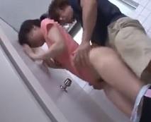 中学生に見える少女を公衆便所に連れ込んで処女膜破壊する中出し強姦…レイプ動画