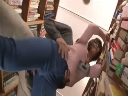 図書館の美人司書を痴漢が凌辱!「抵抗したら殺す」と脅して無理やり生チンポぶち込み強姦…レイプ動画