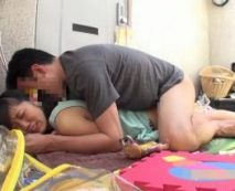サイコ野郎に拉致監禁された小学生ぽい少女が幼いマンコを無慈悲に陵辱されて号泣…レイプ動画