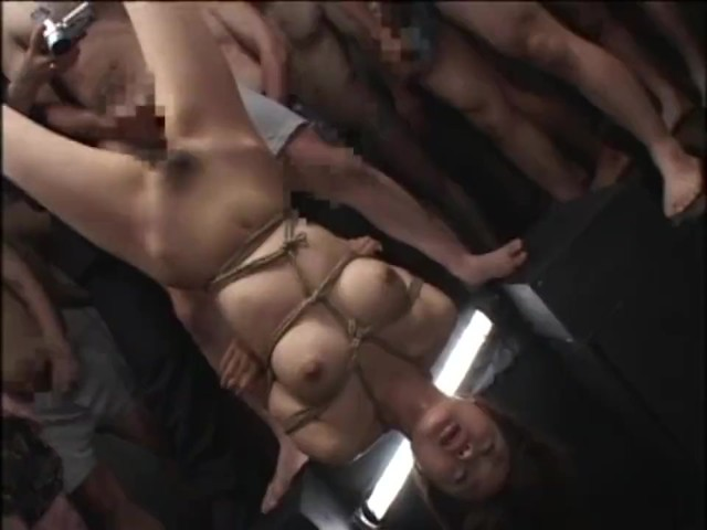 ギャルを逆さ吊り緊縛して輪姦陵辱!大量のザーメンを全身にぶっかけ汚す…レイプ動画