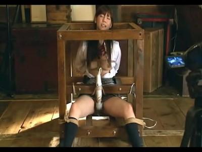 制服姿の女子校生を箱に閉じ込め固定電マで強制アクメ!絶叫しながら潮を吹き何度も痙攣…レイプ動画