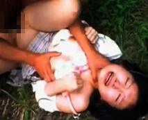 【無修正】制服を着たJKを野外で強姦…「痛い、止めて」悲痛な叫びも空しく首絞めまで…レイプ動画