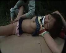 下校途中の小〇生少女を山中に連れ込み処女膜まんこを破り強姦する凶悪レイパー…レイプ動画