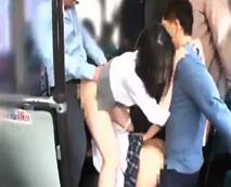 バス社内で女子校生を輪姦!助けに来た女教師もろとも生チンポで地獄ピストン…レイプ動画